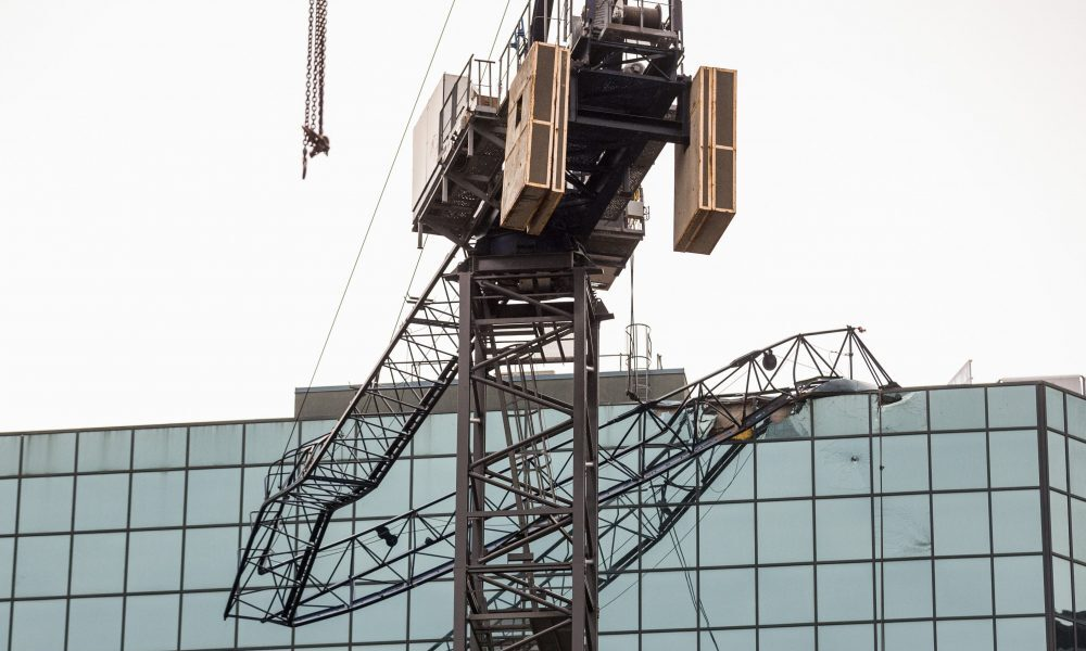Collapsed crane hits building in downtown Toronto – Toronto Sun