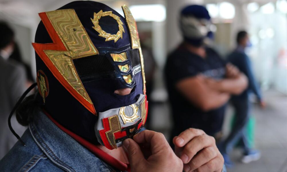 Mexico's legendary masked wrestlers thrown out of ring by coronavirus – Reuters India
